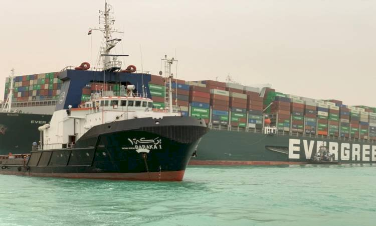 قناة السويس: تكريك 17 ألف متر رمال محيطة بالسفينة الجانحة